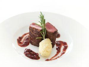 Steak de Strut medium-rare cu piure de cartofi si sos de merisoare
