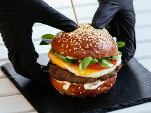 Burger de rata cu ou ochi si salata verde servit pe piatra neagra 800 x 800