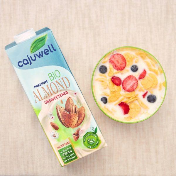 Lapte de Migdale Bio neindulcit 1L Cajuwell servit cu cereale si fructe de padure 2