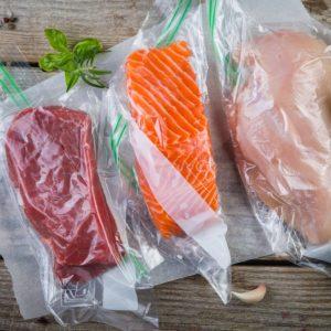 Portii de carne de strut, somon, pui sunt ambalate in pungi vidate pentru a fi gatite dupa metoda sous-vide.