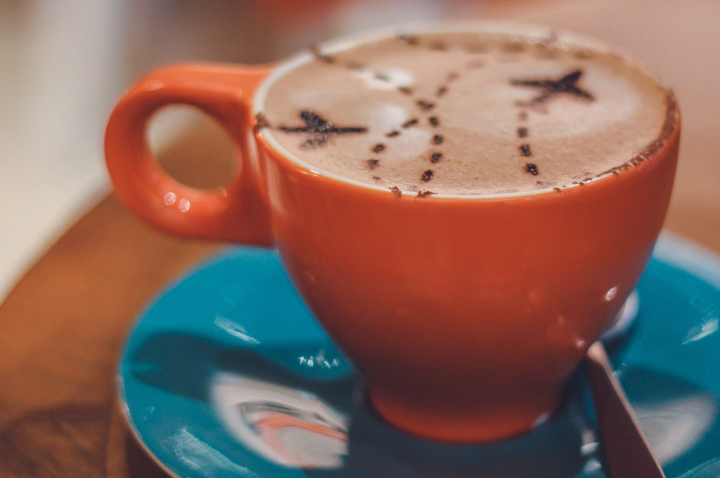 Ceasca cu ciocolata calda decorata cu cacao