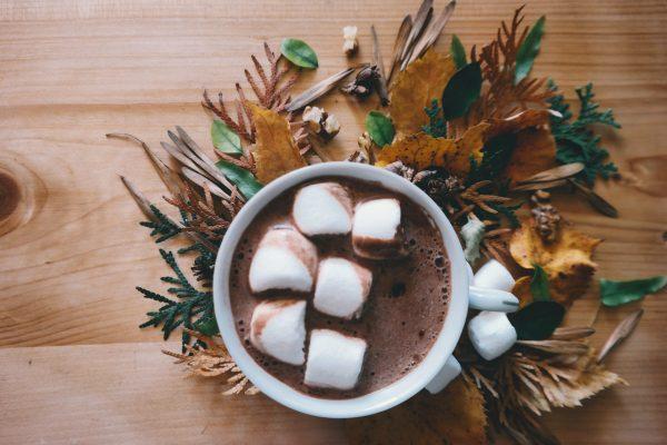 Ciocolata calda cu bezele in cana ceramica alba cu decor frunze