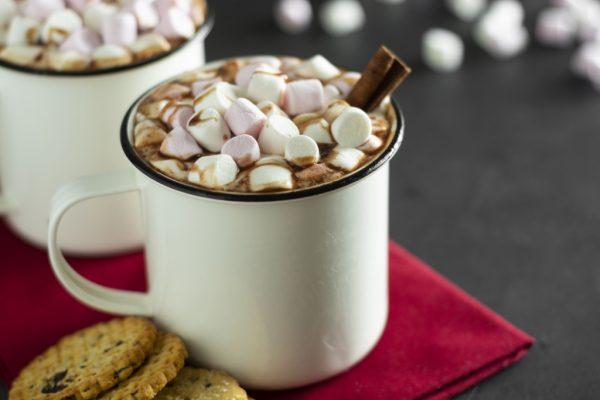 Ciocolata calda cu bezele si scortisoara in cana ceramica alba