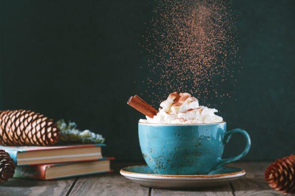 Ciocolata calda cu frisca si scortisoara in ceasca ceramica albastra