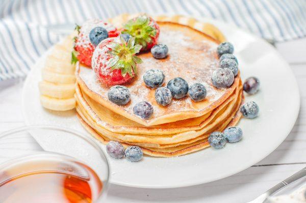 Clatite cu fructe si unt proaspat.