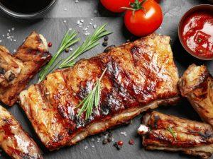Scaricica din piept de porc gatita la gratar pe fund de lemn