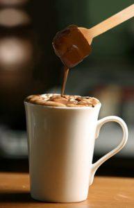 Ciocolata calda pe lingurita cu cana cu lapte fierbinte 2