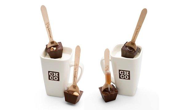 Ciocolate calde pe lingurita cu cani cu lapte fierbinte