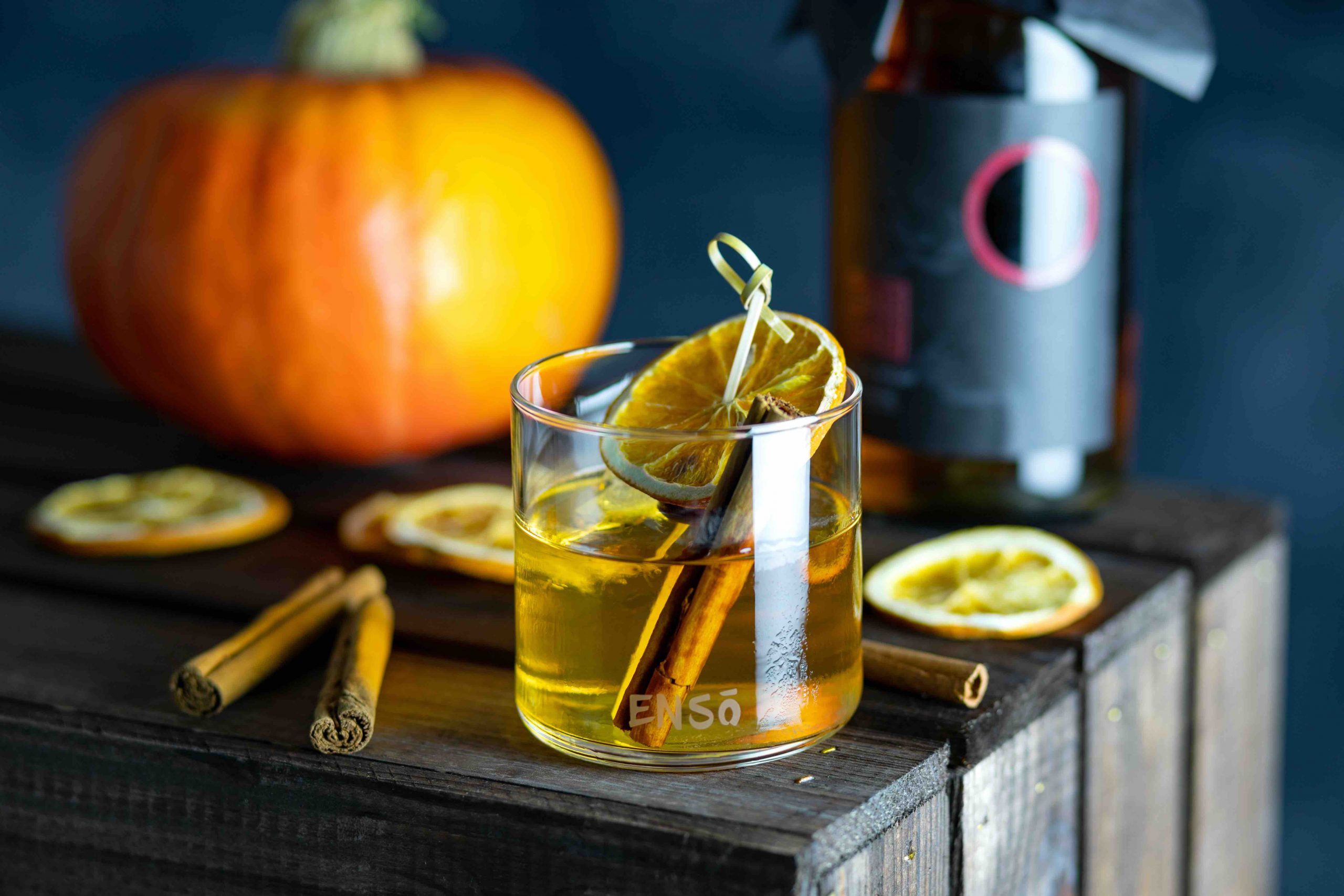 ENSO Whisky Japonez fotografie cocktail cu scortisoara si portocala