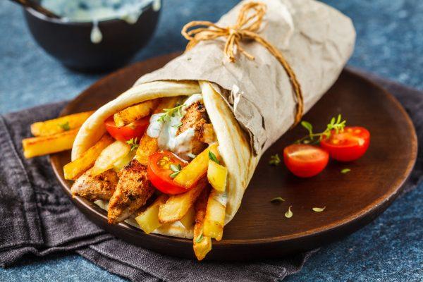 Gyros souvlaki in paine pita greceasca cu pui, cartofi si sos tzatziki